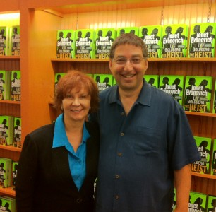 Janet Evanovich and Lee sign in Dallas 1